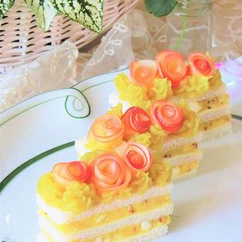 スイーツのようでスイーツじゃない、不思議なサンドイッチケーキ。サツマイモには粒マスタードを練り込んで甘じょっぱい美味しさです。りんごでつくったお花を飾ったら、母の日のメニューにもぴったりかも。