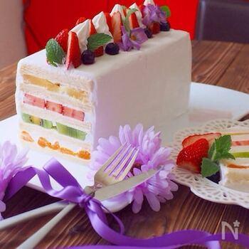 フルーツサンドも豪華にデコレーションして本格ケーキの装いに♪こんなにおしゃれに仕上がるのに、食パンとフルーツを生クリームで交互に重ねていくだけでOKなんです。好きなフルーツをたくさん挟みましょう!