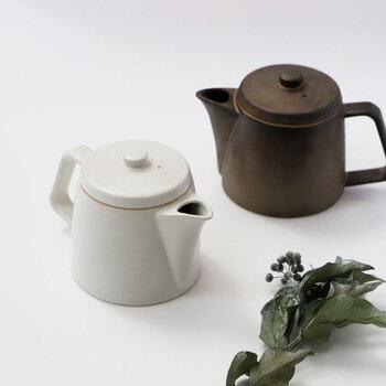 代表的なものとしては常滑焼、萬古焼など。吸水性・保温性が高く、土のぬくもりや素朴さが感じられます。お茶に含まれる渋味を吸着するので、味をまろやかにしてくれるといううれしいポイントも。