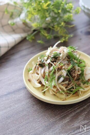 こちらはサバ缶と新玉ねぎのカレー風味和風サラダ。カレー粉を使うことでサバの臭みを消してくれます。  ノンオイルでヘルシー。しかもお魚の栄養も摂れるのが嬉しいですね。
