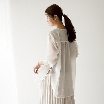"""""""透け感""""で装いをアップデート。シンプルで大人っぽい「シアー素材」のお洋服"""