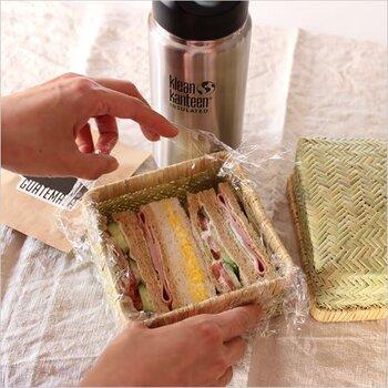 サンドイッチ用につくられたお弁当箱なら、カットをせずとも食パンのサイズにぴったり。カゴタイプのお弁当箱なら軽量な上におしゃれなので外で食べたいときにもうれしいですね。