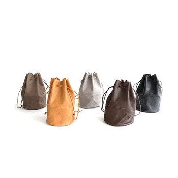 ミニマル&ユニセックスな表情が端正な巾着バッグ。ベーシックでナチュラルなカラーバリエーションも魅力。紐の長さは調整できるので、ショルダーと手提げ、2パターン楽しめます。