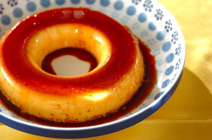 ブラジルのプリンは「プジン」と呼ばれ、練乳の濃厚な甘さと大きな型で作るのが特徴です。本場では約400g入りの練乳1缶を、まるまる使うこともあるそう…!こちらのレシピは甘さが強すぎず、カラメルのほろ苦さとベストマッチです♪