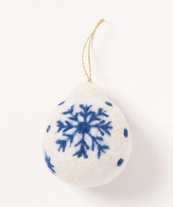 6.5cmのフェルトボールに刺繍やデザインを施したオーナメント。ツリー感覚で枝ものに飾ったり、ドアノブに掛けたり、バッグにつけたり、使い方は自由自在。ほかにも色柄のバリエーションがありますよ。
