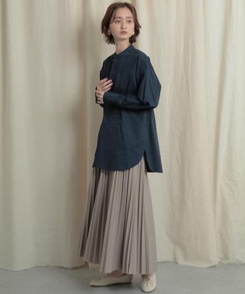重厚感あるエコレザーでできたプリーツスカート。動くと揺れるプリーツがコーデに躍動感を与えてくれます。