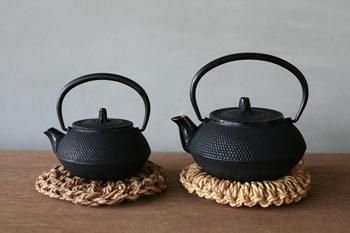 サイズは小と大の2種類。小サイズは1~2人用で、一人暮らしや夫婦の方にぴったりなサイズ。大サイズは3~4人用。たっぷりと飲みたい時や、来客時に皆でお茶を飲むのに重宝します。鉄器なので保温性に優れ、一点ずつ箱入りなので、ギフトにもおすすめです!