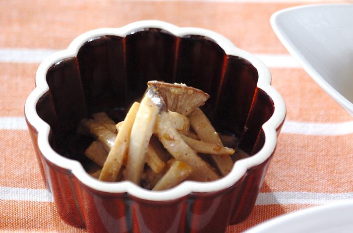 炒めたエリンギを和えるだけという手軽な一品。すりゴマにマヨネーズを加え、まったりとした味わいに仕上げます。あと一品欲しい時にも役立つレシピです。