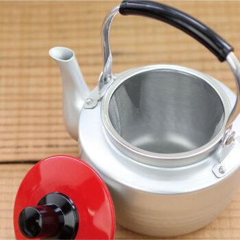 急須自体はとても軽いのでお手入れも楽ちん!普段使いでどんどん活躍してくれます。一見すると小ぶりに見える急須ですが、容量はたっぷり。一度に3杯程のお茶を淹れることが出来ます。