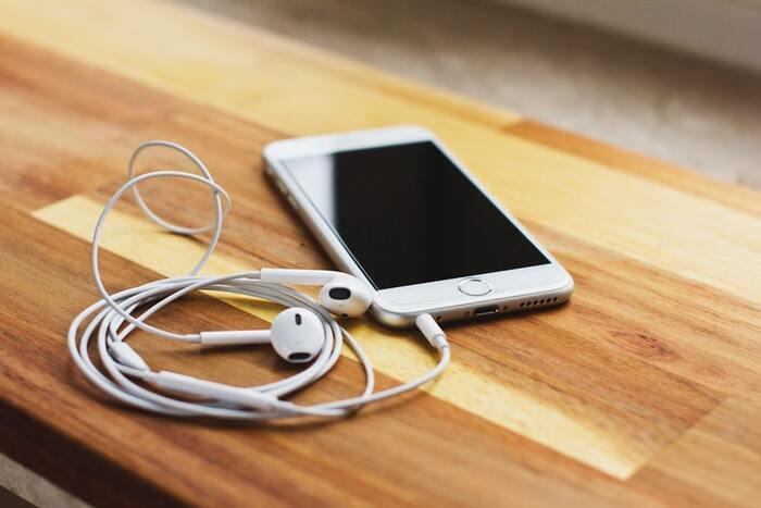 まずは、自分がどのくらいの頻度で音楽を聴くのか予想してみるのがおすすめです。 その上で、日頃からたくさん音楽を聴きたい人には、コストパフォーマスンスに優れたサブスクリプションサービスが最適。もっとこだわりを持って聴きたい人は、CDやアナログメディアも要チェックです。