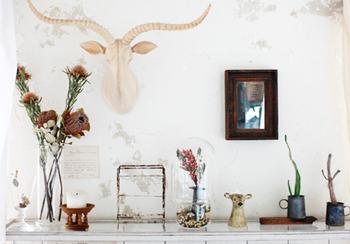 お部屋の大きな家具をシャビーシックなものにチェンジするのは難しくても、小物を飾るくらいなら気軽にできますよね。雰囲気のある素敵なインテリア雑貨や小物を取り入れるだけでも、お部屋の雰囲気は結構変わるものなんです。