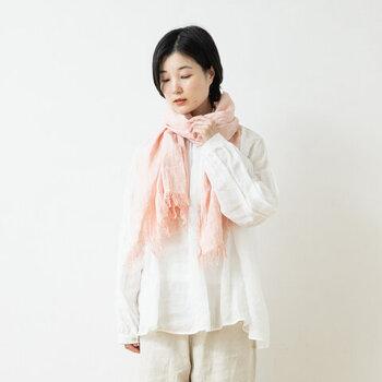 淡いピンク色のストールは、期待以上に活躍してくれるアイテム。顔まわりが華やぎ、肌をきれいに見せてくれるので、プレゼントにもおすすめです。