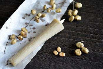 """「和ろうそく」と「西洋ろうそく」の違いのひとつとしてまず挙げられるのが「原材料」。和ろうそくの蝋(ろう)には、ハゼの実、大豆、米ぬかなどの植物性の油や蜂の巣から取り出した蜜などが使われます。対して、一般的な西洋ろうそくの蝋には主に石油から採れるパラフィンワックスが使われます。つまり、和ろうそくはもともと植物由来の""""エコ""""なろうそくなのです。"""
