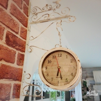 シャビーシックな風合いの掛け時計は、お部屋のアクセントになってくれる上に時間の確認がしやすくて便利です。 こちらのようなアイアン調の掛け時計なら、よりお部屋の雰囲気をアップしてくれるでしょう。