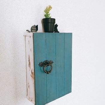 欲しい家具や小物をDIYするのもおすすめです。小さな木製のインテリア小物なら、比較的簡単に作ることができますよ。  今回はこちらの、シャビーシックなインターホンドアの作り方をご紹介します。材料は以下の通りです。  ・木材 ・ミルクペイント ・アンティークメディウム ・蝶番 ・取っ手(ドアノブ) ・L字金具 ・ねじ