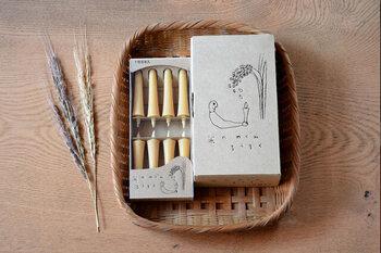 こちらも同じく高澤ろうそく店から。米ぬか油を主な原料とした和ろうそくです。下部が細く上部に向かって広がっているイカリ型という形で、結婚式や法事などにも使われる和ろうそくの正式な形ですが、お手頃な価格で普段使いもできます。こちらのパッケージも太田朋さんのイラストが入っていてほっこり。