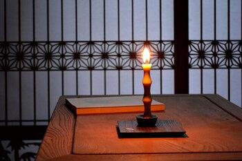 火を灯すと陰影が生まれ、美しいデザインがより際立ちます。時間の経過と共に変わるろうそくの形も楽しみましょう。
