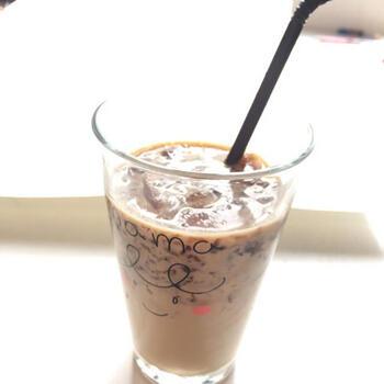 アガーを使った手作りコーヒーゼリーにカフェオレを注いで作る、デザート風のドリンクレシピ。お好みで三温糖を加えて、甘さとコクをプラスしても◎