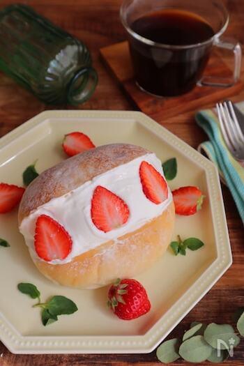 マスカルポーネチーズを入れたクリームで作る、本格的な味わいが楽しめるレシピ。いちごのデコレーションはマリトッツォの定番ですね*