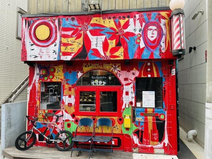 ここからは、本格的なマリトッツォを購入できるお店をご紹介していきます。まずは明治神宮前駅から徒歩10分ほどのところにある「なんすか ぱんすか」。インパクトのある外観が目を惹きます!