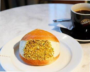 こちらは「Maritozzo(マリトッツォ)ピスタチオ」。オレンジの風味が感じられる生地に、ピスタチオがふんだんに使われたクリームが挟まれた贅沢な一品です*
