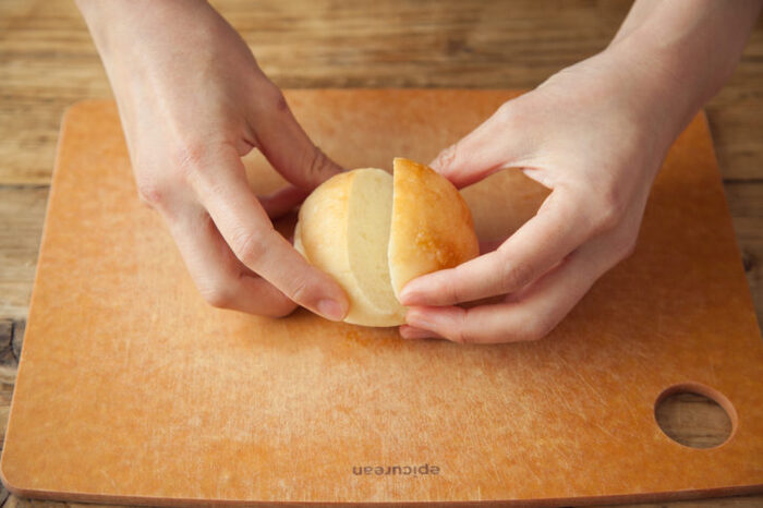 可愛らしい見た目が魅力のマリトッツォ。市販のパンで作る場合は、丸いパンを選ぶようにしましょう♪写真のように斜めに切り込みを入れるのもポイントです。