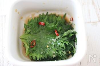 麺つゆ、おろしにんにく、鷹の爪、ごま油で作る「大葉のピリ辛ごま油漬け」。ご飯がすすむ味です!