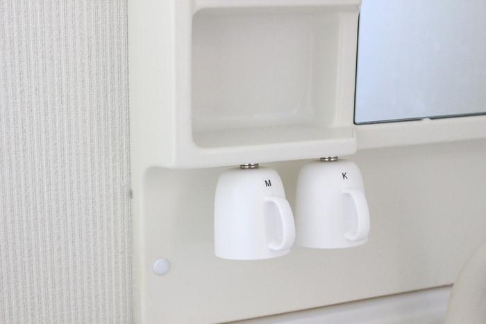 洗面台の上で悩みのタネになっているのがコップでは?  ついつい濡れたまま放置してしまう人も多いのではないでしょうか。そこでおすすめなのがマグネットを使って浮かせる収納です。100均でも手軽に買えるマグネットをコップの底と付けたい場所に貼り付けるだけ。これなら手間もコストもかからず簡単に取り入れられますね♪