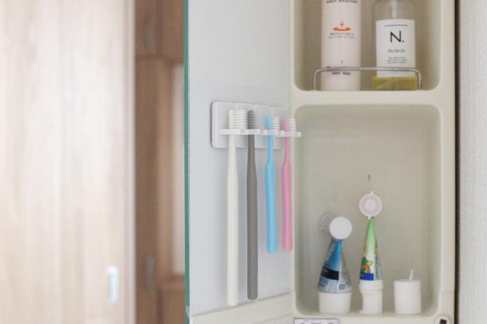 歯ブラシの収納もスッキリ衛生的に。100均で売っている歯ブラシホルダーを使用して引っかければ、浮かせる収納のできあがりです。  水切れもよく、なにより歯ブラシ同士がくっつかず衛生的です。