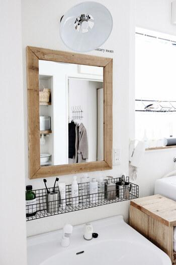 """「うちには鏡裏収納や鏡周りの棚なんてない!」そんなお宅もあると思います。 それなら、思い切って""""浮く収納スペース""""を作ってみるのはどうでしょうか?ラックを壁に取り付けるだけで立派な壁面収納のできあがり♪ワイヤーなら見た目もおしゃれで、風通しもよく衛生的です。"""