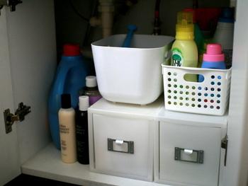 洗面台下収納は高さがあるにもかかわらず、上の空間がデッドスペースになりやすいもの。 けれど、引き出し収納を使えばその上も収納スペースとして活用することができます。デスク用の引き出し収納は奥行きも短いものが多く、狭い洗面台下収納でも大活躍しますよ。