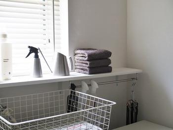 オープン収納にタオルを積み上げるシンプル収納は、タオルのチョイス・たたみ方にもこだわってみて下さい。色とたたみ幅を揃えるだけでホテルライクな収納に大変身♪いつもの洗面所がちょっぴりラグジュアリーな雰囲気になりますよ。