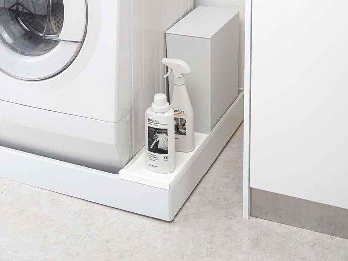洗濯機と下のパンの大きさにより微妙なすき間ができてしまうことありませんか? しかしこの場所も、すき間にカットした板を渡したり、 専用の収納アイテムを使うことで収納スペースに変身♪ ゴミ箱や重い洗剤のストックなど、必要だけど置く場所に困るモノの収納にピッタリ。パンにホコリが溜まるのも防ぐので一石二鳥ですね。