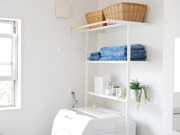 洗濯機周りは狭いし収納も全然ない!というお宅は、洗濯機上を見てみて下さい。実はスペースが空いていたりしませんか?洗濯機周り専用のラックを使えば収納のお悩みが解消できるかもしれません。もちろん専用ラックでなくとも、簡単なDIYで壁面収納を作るというのも一つの手です。