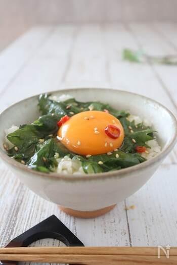 ごま油漬けをのせた卵かけご飯♪時間のない時でもパッと作って食べられるスピードレシピです!仕上げに白いりごまを振りかければ、栄養満点の一品に。