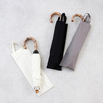 CINQの折り畳み傘は、UV・撥水加工が施された晴雨兼用。ベーシックカラーと竹製の持ち手がエレガントな雰囲気です。センスのいいこだわりの傘は、どんなコーデにも合わせやすく長く愛用できますよ。