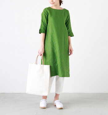ハリ感のある素材は、ボディラインを拾わずすっきり見せてくれます。広がりすぎないデザインで、シルエットもスマートに。鮮やかなグリーンに清潔感あふれるホワイトを合わせた、メリハリのある色使いもおしゃれです。