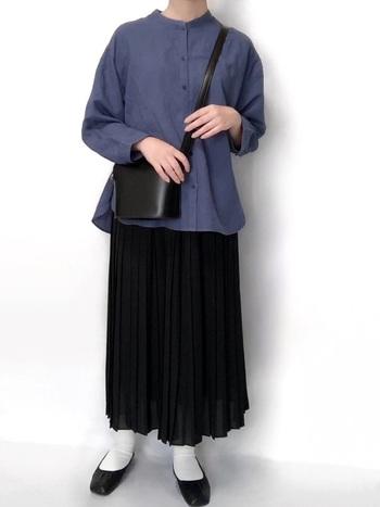 くすんだブルーのシャツと黒のプリーツスカートで構成したフレンチシックなルックス。リラックス感はそのままに、スタイリングを引き締めつつ今っぽさのある着こなしへとアップデートするなら、スクエアトゥのフラットシューズを採用して。
