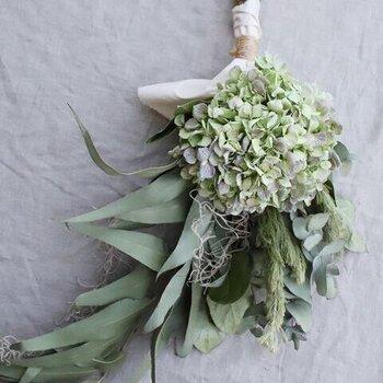 グリーンの紫陽花が主役のスワッグは、淡いくすみカラーがナチュラルな雰囲気。お手入れ不要で長持ち、そして届いたらそのまま飾れるのも嬉しいポイントです。