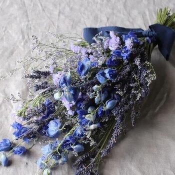 花を長く楽しむならスワッグはいかがでしょう?ラベンダーとデルフィニュームのスワッグは、鮮やかな天然のブルーに目を奪われてしまいますね。お部屋に癒しを与えてくれそうです。