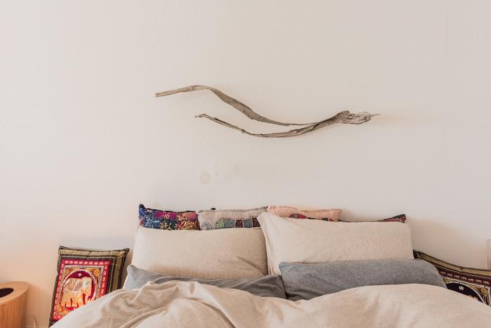 アウトドアが楽しい季節。海や山、キャンプなど、旅先で拾ってきた流木をお部屋に取り入れれば、いつでも楽しい思い出が蘇ります。真っ白な壁に自然が作り出した素敵なオブジェ。一日の終わりに優しいひとときが過ごせそう…。