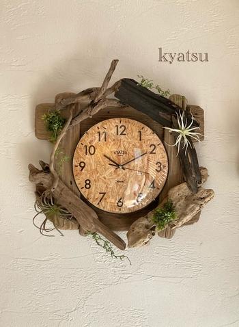 流木のナチュラルな雰囲気を活かした時計。グリーンがアクセントになっていますね!お部屋のアクセントとして大活躍してくれます。ナチュラルテイスト、カフェ風インテリアとも相性◎時間を確認するたびにほっこりとした気分になれそう♪