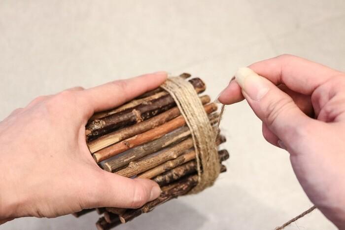 <材料> ・100均のLEDキャンドルライト ・流木 ・麻紐 ・グル―ガン  グル―ガンでキャンドルライトに流木をつけていきます。ライトより長めの流木を使うのがポイント! このようにライトの全体に流木をつけましょう。全体に流木をつけたら、麻紐を巻きつけて最後にグル―ガンでとめたら出来上がり♪