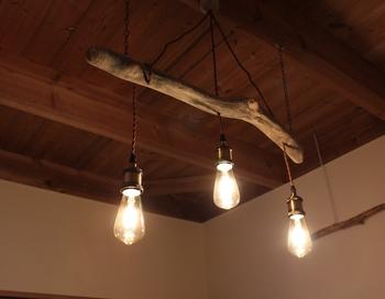 流木×照明アイテムの組み合わせも素敵♪ライトに照らされてゴツっとした木の質感が浮かび上がり、少しアウトドアな雰囲気も味わえます。普通の照明アイテムじゃ物足りない・・・という方は流木を使ったアイデアを参考にしてみては?