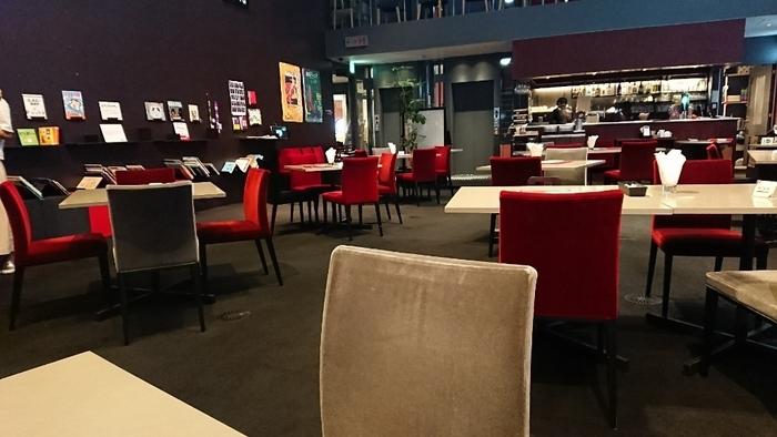 座・高円寺2Fにある「henri fabre(アンリファーブル)」は、ムーディーな雰囲気がステキなカフェ。一見すると大人向けのように思えますが、小さなお子さん大歓迎の親しみやすい絵本カフェなんですよ。地元の方が、普段着でふらりと訪れるカジュアルな雰囲気が魅力。