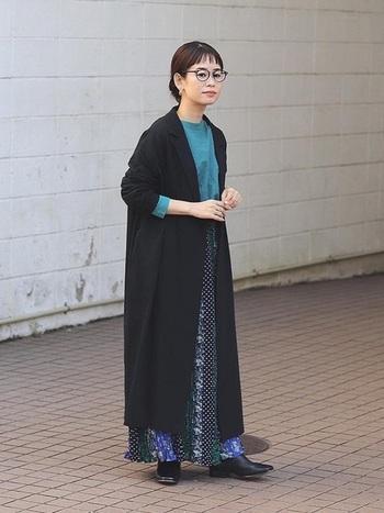 大胆な切り替えの柄が素敵なフレアスカートと鮮やかなカットソーには、黒のロングカーディガンをプラスして。足元にレザーアイテムを入れることでカジュアルな雰囲気の中にも大人の女性らしい優雅さがありますね。