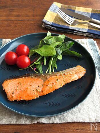 ご飯がすすむ♪鮭を焼いてハーブソルトで味付けしただけの簡単レシピ。 鮭には中性脂肪を減らす効果が期待できる「DHA」「EPA」が含まれています。鮭の水気をしっかりとふき取ってから調理するのがポイント。ひと手間加えるだけで鮭の余分な水分や臭みがとれて、よりおいしく仕上がるそう。お弁当のおかずにもおすすめですよ。