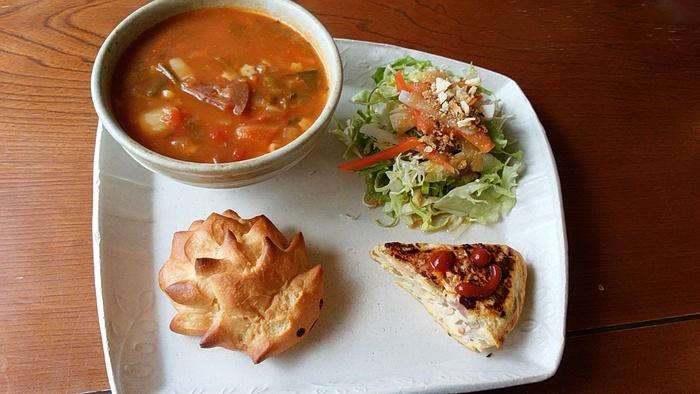 こちらは、コロッケやスープ、サラダなどが少しずつ盛り付けた週替わりのワンプレート「気まぐれマンマセット」。素朴なランチもおいしいと評判です。