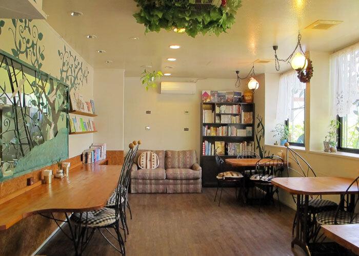 笠間稲荷から歩いて10分ほどの場所にある「coccolo(コッコロ)」はインテリアがかわいらしいカフェ。本棚や壁に並ぶ絵本は1,000冊以上もあり、大人から子供まで楽しめますよ。