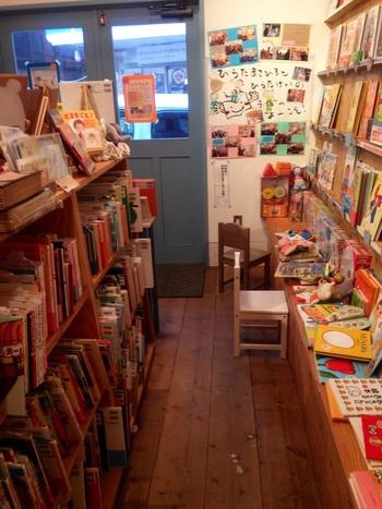 本棚にぎっしりと並んだ本は、1,000冊以上。まるで宝箱のようで大人もワクワクすること間違いなしです。